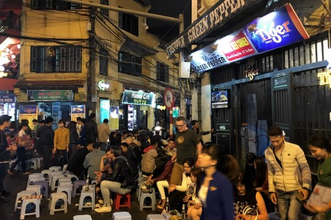 Bia hoi corner by night.