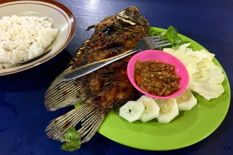 Simple seafood at Simpang Lima. Photo taken in or around Semarang, Indonesia by Sally Arnold.