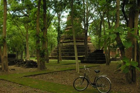Exploring Wat Phra Non.